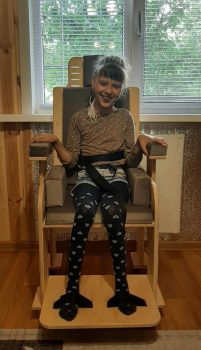Бугульминская Юля со стулом