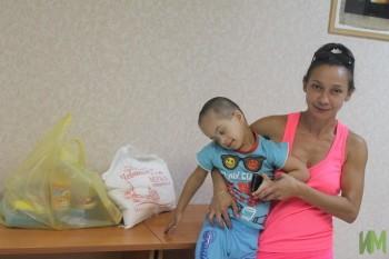Тимиосидис Алексис и мама с продуктовым набором