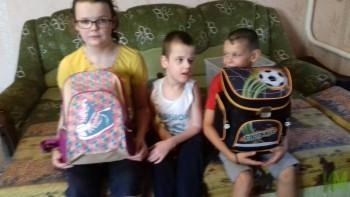 дети с наборами школьных принадлежностей