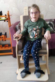 Галиуллина Дина со стулом