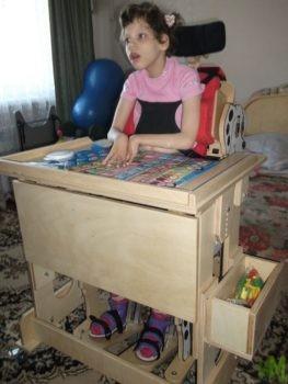 6 детей получили столы-парты «Мечта»