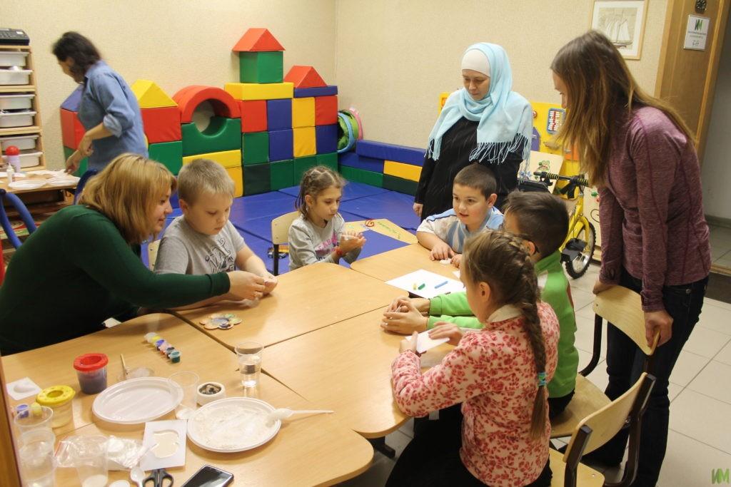 Яркие магниты и химические опыты на занятиях в детской комнате
