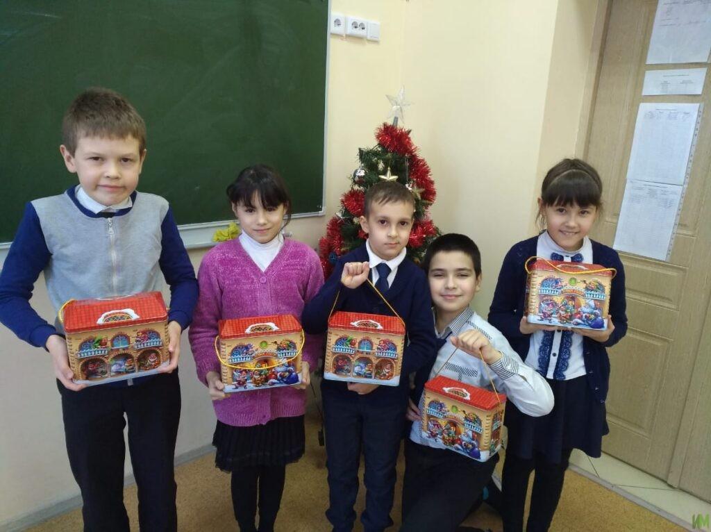 150 новогодних подарков для «Казанской школы №61 для детей с ОВЗ»