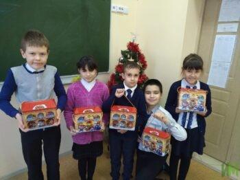Ученики Казанской школы №61 с новогодними подарками